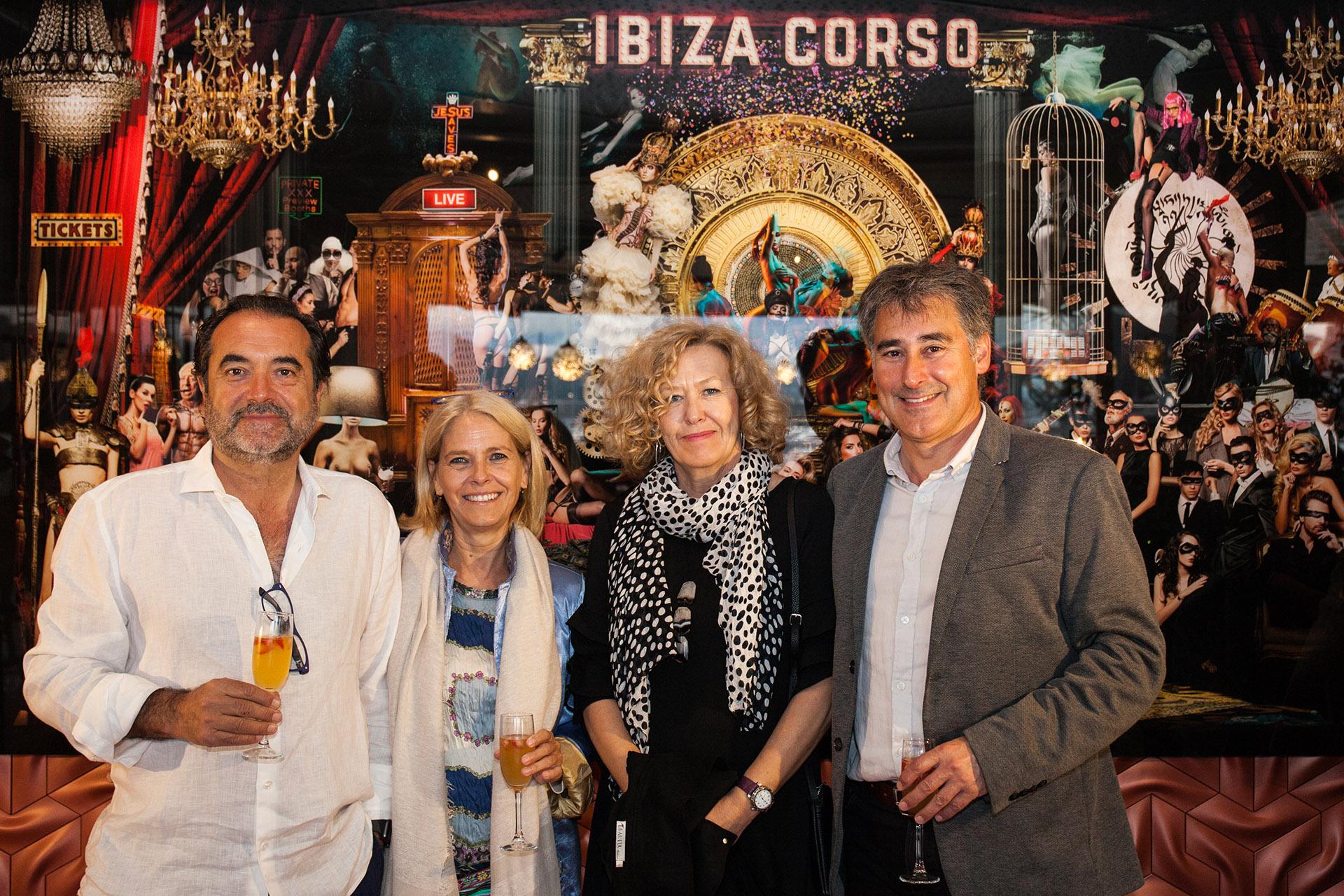 El Comisario Manuel Hernández con su mujer y amigos